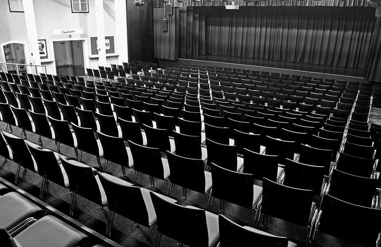 Ein Blick vom Saaleingang 3 auf die Bühne