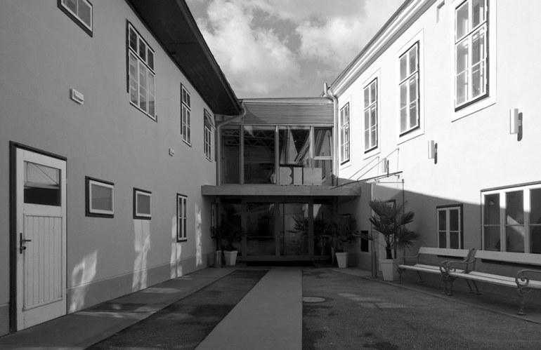 Ein Blick aus dem alten Hof auf den Haupteingang (Linzerstraße 18)